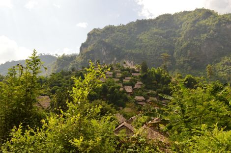 メーサリアン手前で見える集落 I saw this village about 40~60 km before Mae Sariang